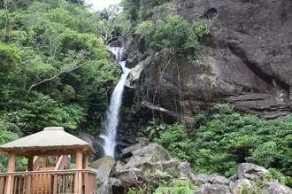 勢いよく水が流れ落ちる轟の滝=10日、名護市数久田・轟の滝公園