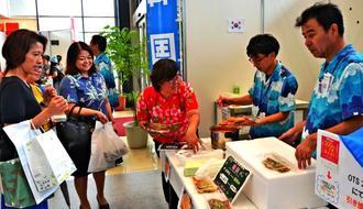 世界各地の料理が人気を集めた沖縄ツーリストの旅まつり=30日、那覇市久茂地・タイムスビル