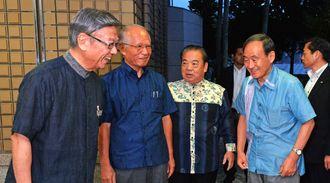 沖縄県の翁長雄志知事(左端)らとの会談のため、知事公舎を訪れた菅官房長官(右から2人目)=8日午後(代表撮影)