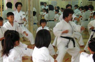 練習だけでなく、礼儀作法も大切と指導する大城信子さん(2010年撮影)