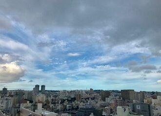 雨雲がうっすらかかっています。傘をお忘れなく