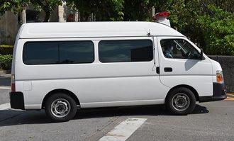梵梵堂グループ創設者を乗せて那覇地検に入る車両=3日午前、那覇市