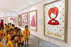 「ハローキティアート展」の内覧会で絵画を楽しむ園児=20日午後、豊見城市・豊崎ライフスタイルセンターTOMITON