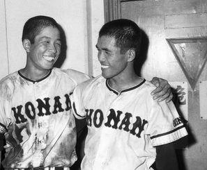 1968年夏の甲子園3回戦で海星を破り笑顔を見せる興南の我喜屋優主将(左)