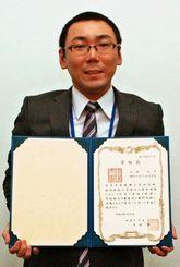 白血病を克服し、工学博士の学位を取得した吉田知洋さん=沖縄電力本社