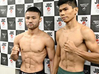 計量をクリアし、対戦するジェイソン・ブエナオブラとポーズを取る比嘉大吾(左)=東京・後楽園ホール(磯野直撮影)