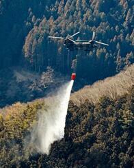 自衛隊のヘリコプターによる消火活動が続く山林火災の現場=27日午後2時49分、群馬県桐生市(共同通信社ヘリから)