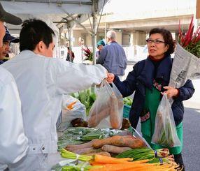 正月用の野菜や花を目当てに多くの買い物客が訪れた農水産物フェア=北中城村役場