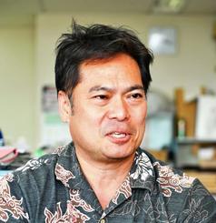 沖縄空手会館の活用や課題などについて語る山川哲男課長=県庁