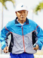日課のジョギングで汗を流す亀濱敏夫さん=2日午前9時ごろ、宮古島市平良東仲宗根