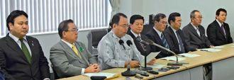 自民党県連の処分に対し「納得できない」と訴えた那覇市議たち=2日、自治会館
