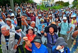 判決後の集会で新基地建設反対を訴えガンバロー三唱で気勢を上げる参加者=16日午後、那覇市楚辺