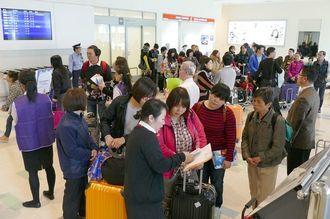 旧正月の大型連休を利用し中国、台湾、韓国、香港などから来沖した観光客=2015年2月、那覇空港国際線ロビー
