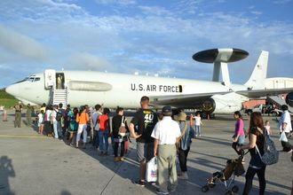 一版公開イベント「普天間フライトラインフェア」で公開された、米空軍のE3空中早期警戒管制機=2013年6月8日、普天間飛行場
