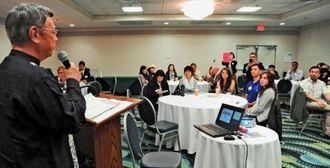 ワシントンDC沖縄会のメンバーに大会への参加を呼び掛ける翁長雄志知事=15日午前、ワシントンDC