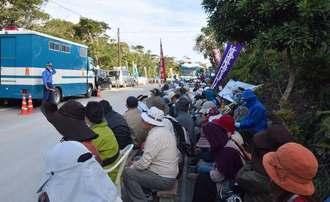 米軍ヘリパッド建設に抗議し、集会を開く市民ら=7日午前8時半ごろ、米軍北部訓練場N1地区表側出入り口前