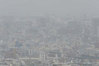 環境基準値を超えるPM2・5が観測され、もやがかかったようにかすむ那覇市内=16日午前9時50分ごろ、、那覇市首里崎山町から県庁方面をのぞむ