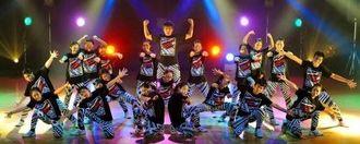 [21人ダンス]21人で息の合ったダンスを披露した真和志中=13日、浦添市てだこホール