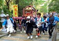 【写真特集】みこしや江戸相撲で繁栄願う 沖縄・大東島の祭り