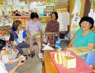 地域の女性と雑談する川上慶子さん(右端)=2020年6月、宮古島市平良池間