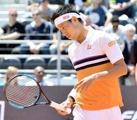 男子シングルス準々決勝 ディエゴ・シュウォーツマンと対戦し、第1セットでブレークされた錦織圭=ローマ(共同)