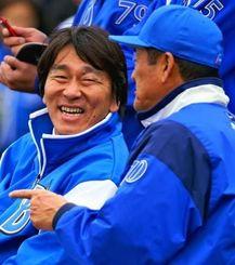 DeNAキャンプを視察し、中畑監督(右)と談笑する松井秀喜氏=宜野湾