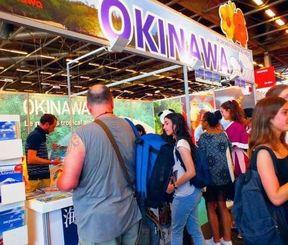 ビルパント展示会会場の沖縄ブ-スを訪れる客ら=パリ東郊外