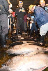 威勢のいい掛け声を響かせ、次々とマグロを競り落とす仲買人=5日、那覇市・泊魚市場
