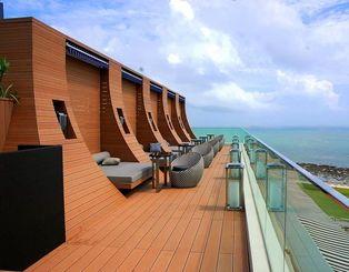 海の景色を楽しみながら食事ができる屋上テラス=11日、豊見城市