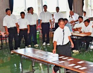 抽選会で、組み合わせのくじを引く各校の主将=北中城村立中央公民館