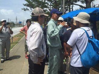 テントの再設置をめぐって言い争う総合事務局の職員と抗議する市民ら=名護市辺野古、米軍キャンプ・シュワブゲート前