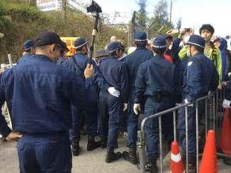 抗議を続ける市民の前に立ちふさがる機動隊員=21日午前9時ごろ、名護市辺野古のキャンプ・シュワブ前