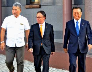 面談を終え、ホテルを後にする小沢一郎共同代表(右)と玉城デニー幹事長(中央)=24日、那覇市