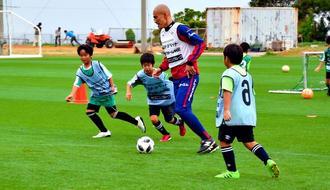 阿部海大選手とミニゲームを楽しむ子どもたち=20日、恩納村・赤間運動公園