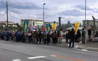 名護市辺野古の新基地建設に抗議する市民ら=25日午前11時50分ごろ、米軍キャンプ・シュワブゲート前