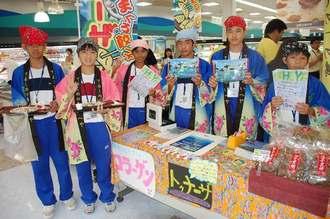 自分たちで開発した商品を売り込んだ生徒たち=3日、浦添市・コープ牧港店