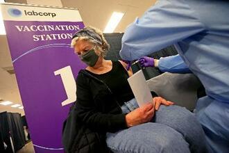 マサチューセッツ州でのワクチン接種=24日、ネーティック(AP=共同)