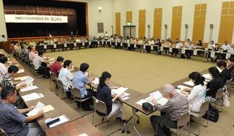 関係者らが参加して開かれた「沖縄子どもの未来県民会議」の設立総会=17日午後、県庁