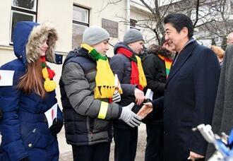 杉原千畝の記念館を訪れ、地元の子どもたちからの歓迎を受ける安倍首相=14日、リトアニア・カウナス(共同)