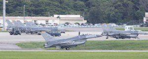 嘉手納基地に相次いで着陸する米軍三沢基地所属のF16戦闘機=12日午後4時10分(読者提供)