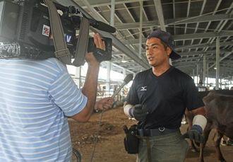 【テレビの取材を受ける沖縄県代表の我那覇秀樹さん】