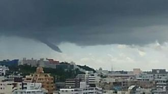浦添市から南の方角に目撃された黒い雲の渦(読者提供)