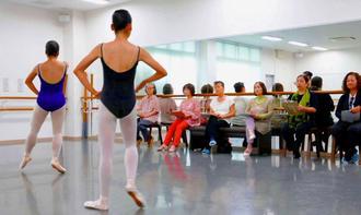 バレエ「ジゼル」のオーディションが行われた=27日、那覇市・高良幸子バレエ団・研究所