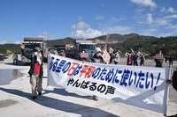 本部港から辺野古新基地へ、石材搬出 ダンプ約150台が船に積み込む