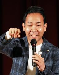 朝の情報番組の裏話など、ユーモアを交え話す天達武史さん=13日、那覇市・パシフィックホテル沖縄