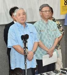 第2回口頭弁論を終え、記者の質問に答える竹下勇夫弁護士(左)と翁長雄志知事ら=19日午後、沖縄県庁