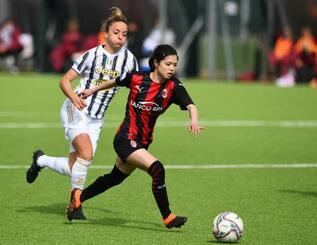 女子のイタリア1部リーグ、ユベントス戦で競り合うACミランの長谷川唯(右)=7日、ビノボ(ゲッティ=共同)