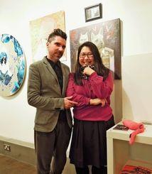 津波博美さん(右)と同ギャラリーのキュレーター兼アーティストのフランコ・ラ・ルッサさん。後方は津波さんの作品
