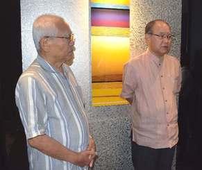「出馬に向けた機は熟してきている」と語った翁長政俊氏(右)と黒島善茂後援会長=9日、那覇市内のホテル