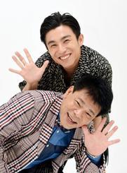 息ぴったり?でポーズをとる中尾明慶(上)と、ジミー大西=東京都内